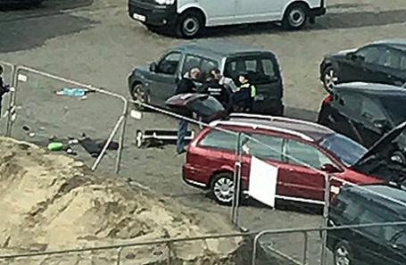 Полиция рядом с машиной, выехавшей на торговую улицу в Антверпене, Бельгия.