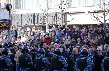Оцепление полицией участников акции оппозиции против коррупции на Пушкинской площади.