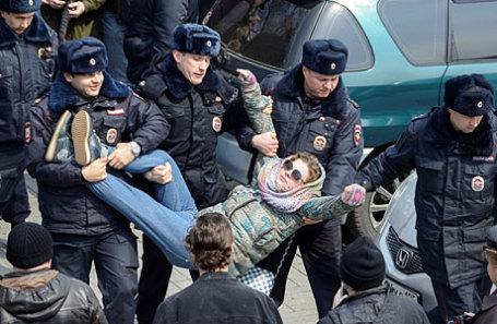 Во время задержания участника несанкционированной акции оппозиции против коррупции на Пушкинской площади.