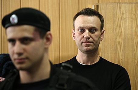 Оппозиционер Алексей Навальный (справа) во время оглашения приговора по делу об административном правонарушении на заседании в Тверском суде, 27 марта 2017.
