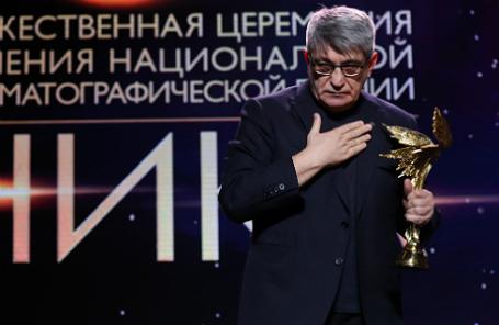 Режиссер Александр Сокуров, получивший специальный приз в номинации «Честь и достоинство», на юбилейной 30-й церемонии вручения наград национальной кинематографической премии «Ника».