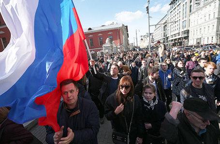Участники акции оппозиции против коррупции во время шествия по Тверской улице.