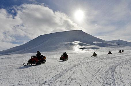 Туристические туры на снегоходах в архипелаге Шпицберген в Северном Ледовитом океане.