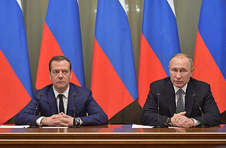 Президент России Владимир Путин и премьер-министр РФ Дмитрий Медведев (справа налево).