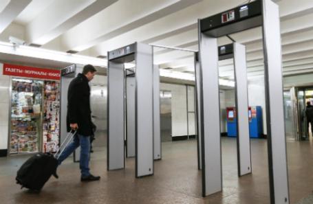 Рамки металлоискателя в метро.