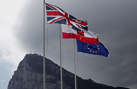 Флаги Великобритании, Гибралтара и ЕС на границе Испании с Гибралтаром.