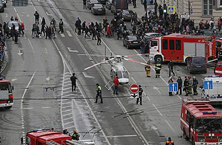 Спасатели около метро «Сенная площадь» в Санкт-Петербурге.