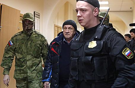 Бывший глава Удмуртской Республики Александр Соловьев (в центре), подозреваемый в получении взяток на более чем 140 млн рублей, перед рассмотрением ходатайства об аресте в Басманном суде в Москве, 4 апреля 2017.