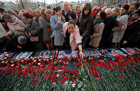 Участники акции памяти жертв теракта в метро Санкт-Петербурга «Питер - Мы с тобой!» на Манежной площади.