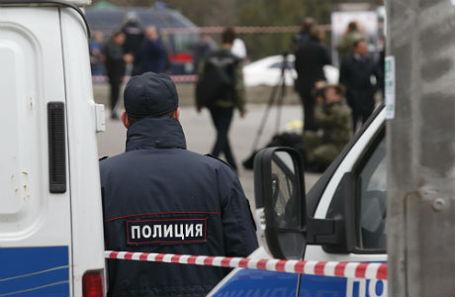 Сотрудники правоохранительных органов на месте взрыва у здания гимназии №5, в результате которого пострадал один человек.