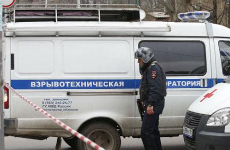 На месте взрыва у здания гимназии №5 в Ростове-на-Дону, в результате которого пострадал один человек.