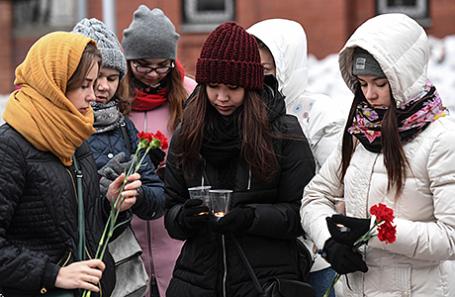Акция в память о жертвах теракта в петербургском метро прошла в Новосибирске.