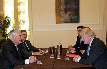 Госсекретарь США Рекс Тиллерсон (слева) и министр иностранных дел Великобритании Борис Джонсон.и
