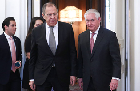 Министр иностранных дел РФ Сергей Лавров и госсекретарь США Рекс Тиллерсон (слева направо на первом плане) перед началом переговоров, 12 апреля 2017.