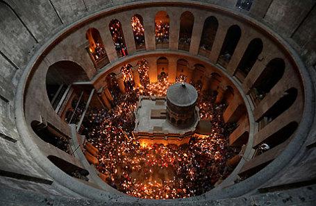 Прихожане в церкви Гроба Господня в Старом городе Иерусалима.