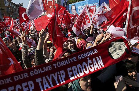 Сторонники президента Турции Тайипа Эрдогана во время митинга по поводу предстоящего референдума в Стамбуле.