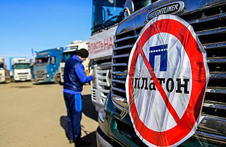 Милиция заблокировала колонну дальнобойщиков наМКАД