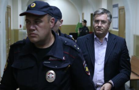 Заместитель главы Ростуризма Дмитрий Амунц (справа), задержанный по подозрению в хищении более 28 млрд рублей у Межпромбанка, перед началом рассмотрения ходатайства следствия об аресте в Басманном суде.