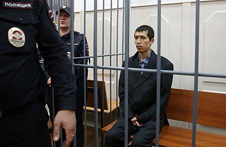 Один из соучастников теракта в петербургском метро Аброр Азимов (справа), задержанный накануне в Подмосковье, перед рассмотрением ходатайства об аресте в Басманном суде.