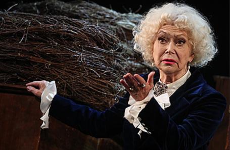 Актриса Светлана Немоляева в сцене из спектакля «Бешеные деньги» по пьесе А.Островского в театре Маяковского.