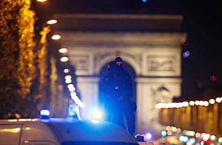 Полиция на месте теракта в Париже, Франция, 20 апреля 2017.