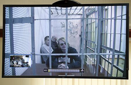 Преподаватель математики Московской финансово-юридической академии Дмитрий Богатов (на первом плане на мониторе), обвиняемый в призывах к терроризму и попытке организации массовых беспорядков в Москве, во время рассмотрения законности его ареста в Мосгорсуде, 25 апреля 2017.