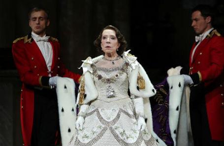 Инна Чурикова в роли королевы Елизаветы II на предпремьерном показе спектакля «Аудиенция» в Театре наций.