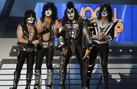 Фронтмен группы Kiss выступил в«Олимпийском» сгитарой вцветах русского флага