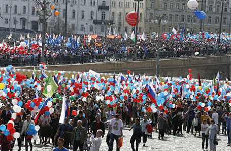 Участники шествия профсоюзов, посвященного Дню международной солидарности трудящихся, на Красной площади.