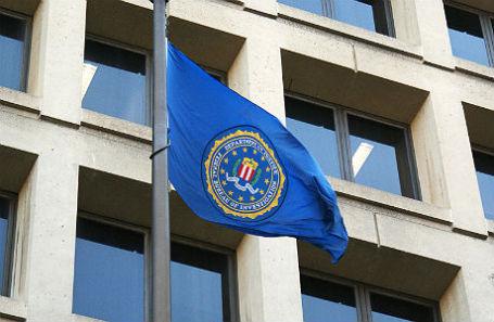 Флаг на здании имени Эдгара Гувера — штаб-квартире ФБР.