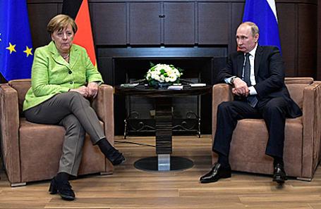 Канцлер Германии Ангела Меркель и президент России Владимир Путин во время встречи в резиденции «Бочаров ручей», 02.05.2017.