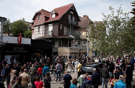 Полиция и пресса у дома Эмманюэля Макрона.