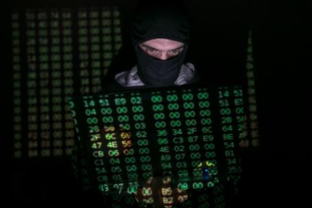 Хакер за работой.