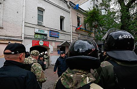 Полиция около офиса запрещённой на территории России Организации украинских националистов.
