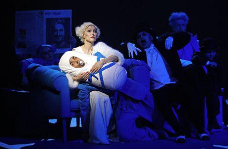 Актеры Ингеборга Дапкунайте и Махиб Гладстон в спектакле режиссера Максима Диденко «Цирк» на сцене Государственного Театра Наций.