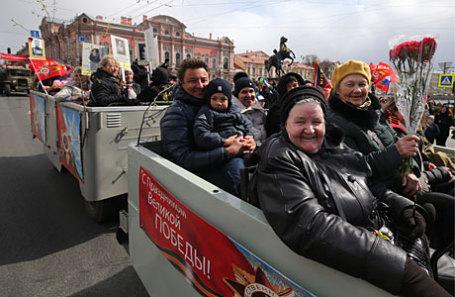 Во время шествия по Невскому проспекту в рамках празднования 72-й годовщины Победы в Великой Отечественной войне.