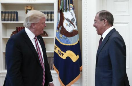 США. Вашингтон. 10 мая 2017. Президент США Дональд Трамп и министр иностранных дел РФ Сергей Лавров во время встречи в Белом доме.