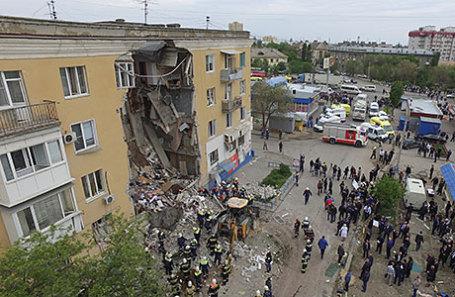 На месте взрыва бытового газа в четырехэтажном доме № 60 на Университетском проспекте, в результате которого обрушился подъезд и погибли люди.