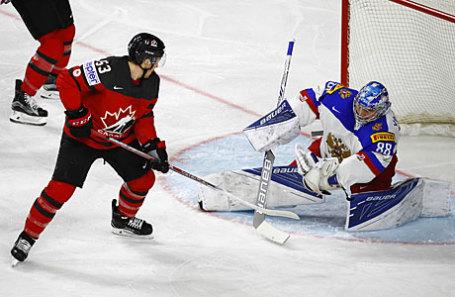 Игрок сборной России Андрей Василевский и канадец Джефф Скиннер (слева направо) в полуфинальном матче чемпионата мира по хоккею между сборными командами Канады и России.