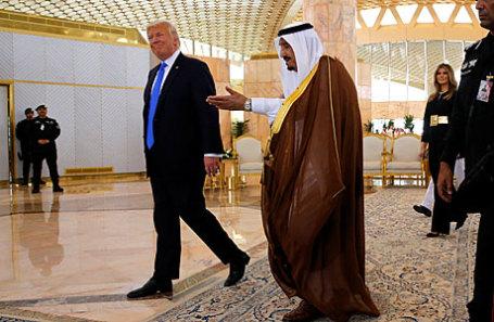 Король Саудовской Аравии Салман ибн Абдель Азиз Аль Сауд приветствует президента США Дональда Трампа (слева) и первую леди Меланию Трамп в Эр-Рияде, Саудовская Аравия.