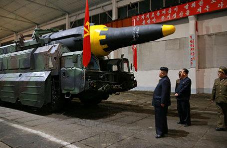 Ким Чен Ын осматривает ракету Hwasong-12.