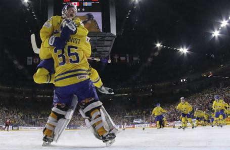Уильям Нюландер и вратарь Хенрик Лундквист празднуют победу сборной Швеции.