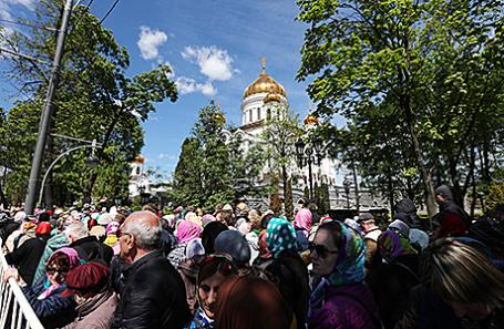 Очередь к мощам Николая Чудотворца у храма Христа Спасителя, 22 мая 2017.