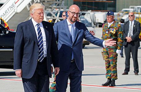 Президент США Дональд Трамп (слева) и премьер-министр Бельгии Шарль Мишель в аэропорту в Брюсселе.