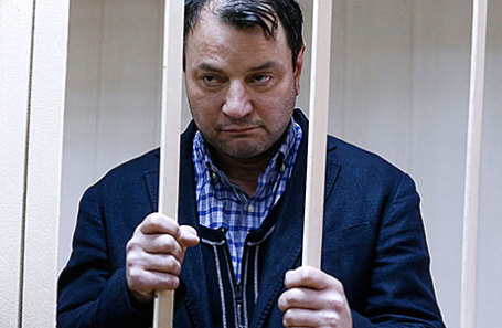 Бывший генеральный директор театральной компании «Седьмая студия» Юрий Итин, задержанный по делу о хищении из выделенных организации бюджетных средств, перед рассмотрением ходатайства об аресте в Пресненском районном суде.