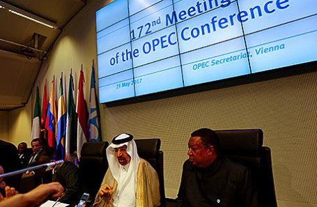 Министр энергетики Саудовской Аравии Халид аль-Фалих и Генеральный секретарь ОПЕК Мохаммад Баркиндо перед началом встречи Организации стран-экспортеров нефти (ОПЕК) в Вене, Австрия.