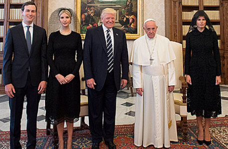 Джаред Кушнер, Иванка Трамп, президент США Дональд Трамп, Папа Римский Франциск и первая леди США Мелания Трамп (слева направо).