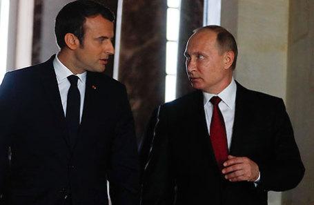 Президент Франции Эммануэль Макрон и президент РФ Владимир Путин (слева направо) во время встречи в Версале.