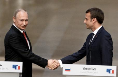Президент РФ Владимир Путин и президент Франции Эммануэль Макрон на встрече в Версале.