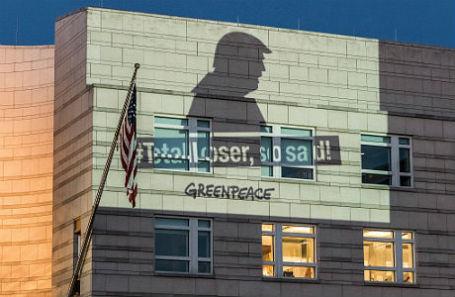 Акция Greenpeace против выхода США из Парижского соглашения по климату.